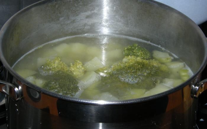 отвариваем картофель и брокколи